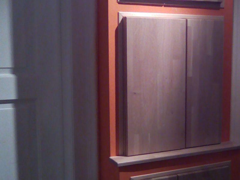 Agencement d'une niche avec des portes et des étagères en bois de chêne