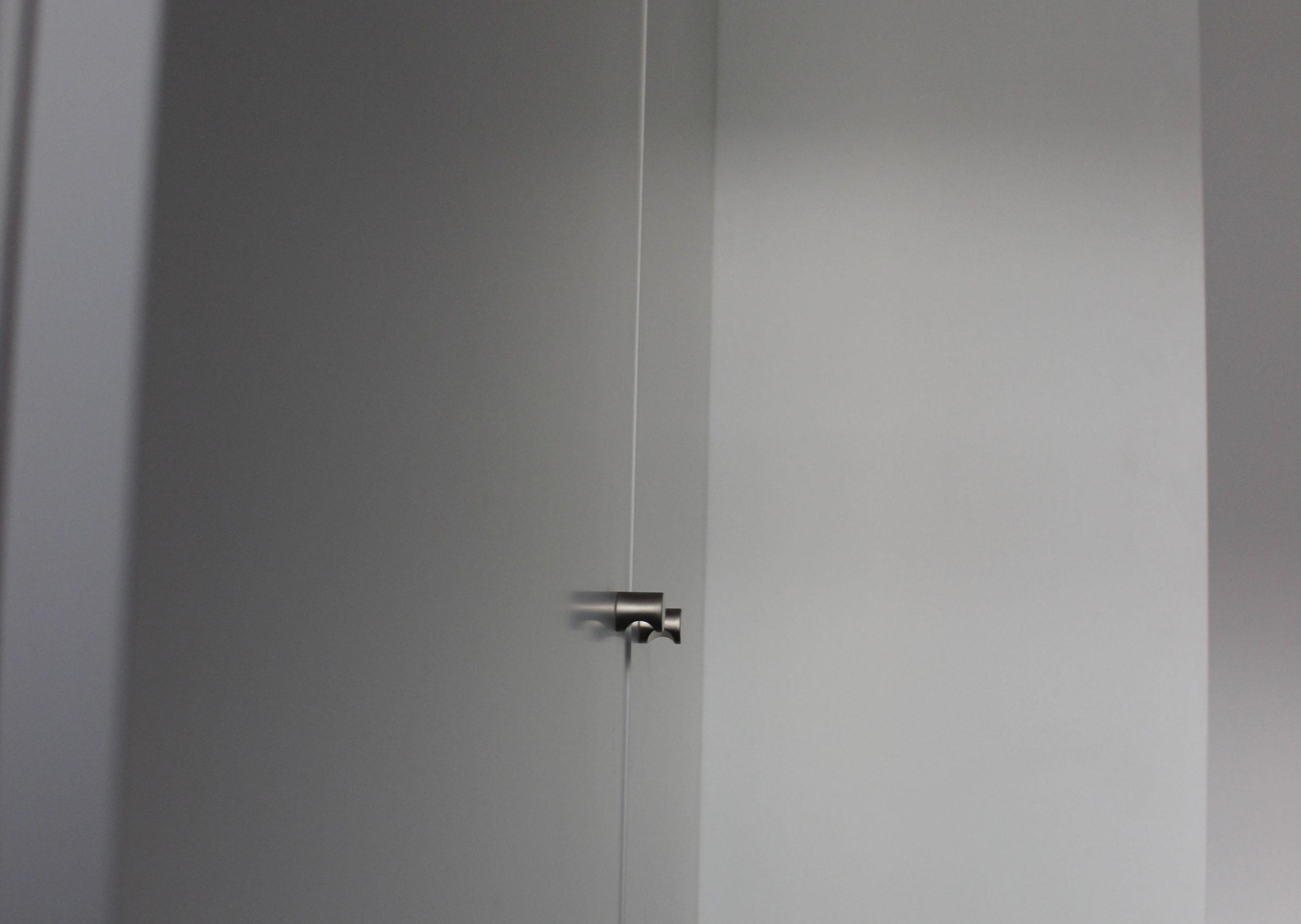 Détail des poignées en metal d'un meuble sur mésure blanc