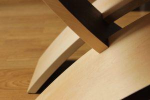 Détail des assemblages d'une table basse avec marqueterie en wengé