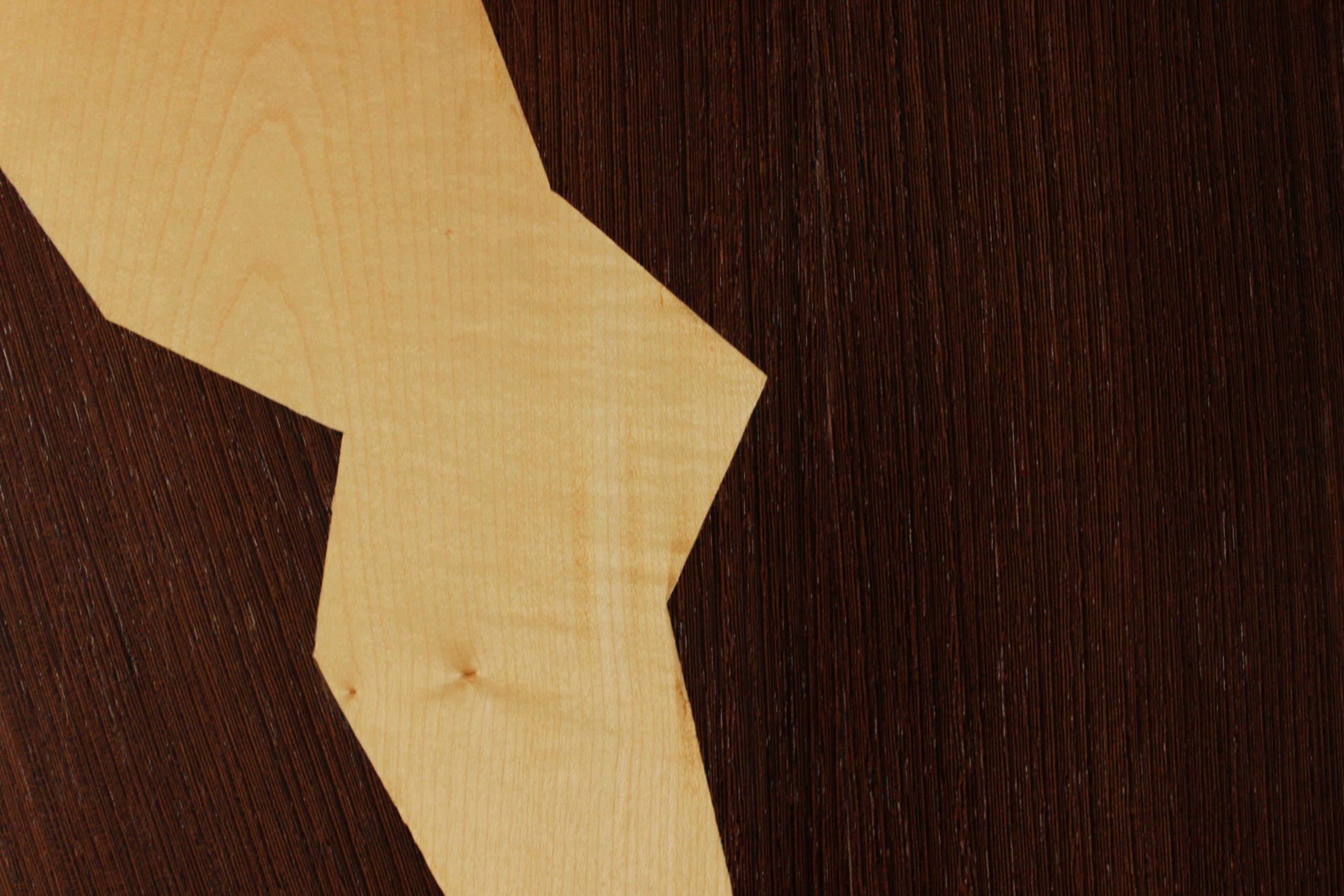 Détail d'une table basse avec marqueterie en wengé