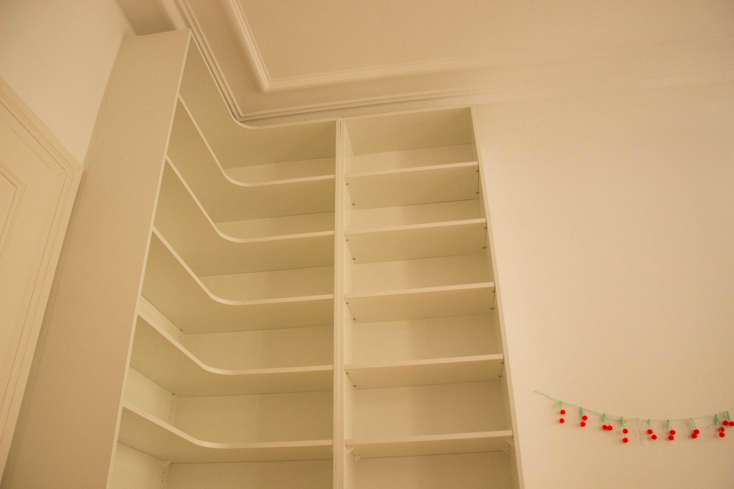 Détail d'une bibliothèque d'angle en mélaminé blanc