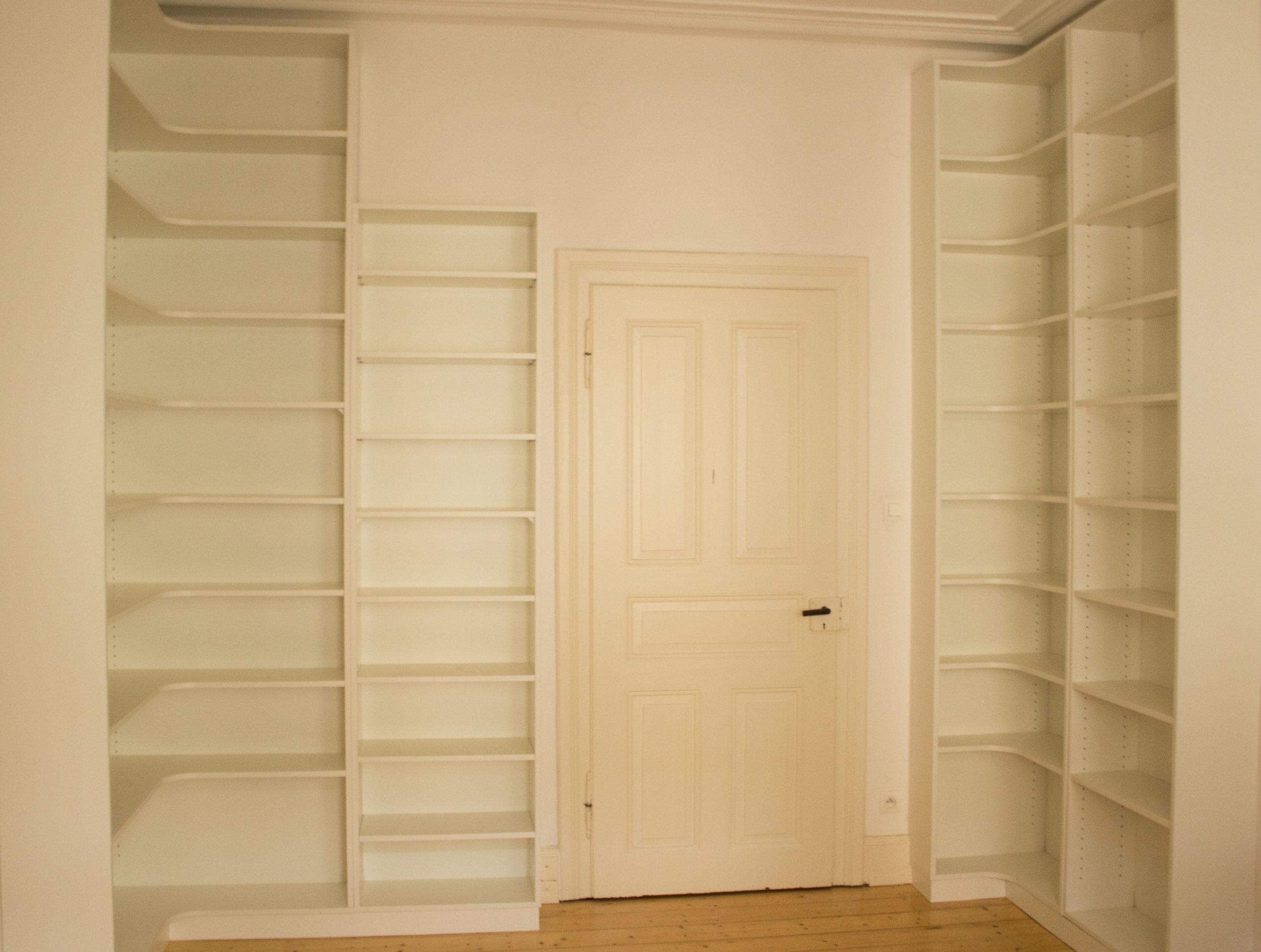 Photo d'une pièce avec bibliothèque d'angle en mélaminé blanc